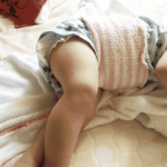 赤ちゃんの腹巻は100均のヘアバンドでお腹あったか
